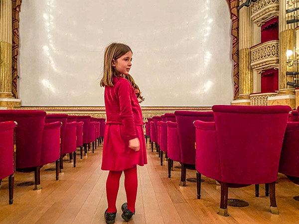 bambina a teatro