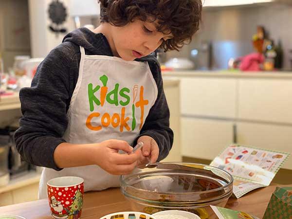 bambino in cucina con grembiule Kids Cook it