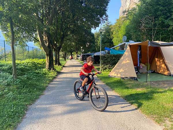 bambino in bici in campeggio