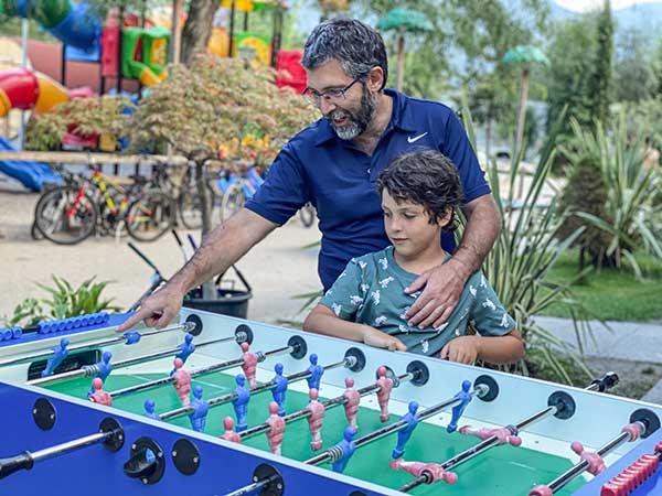 papà e figlio giocano a Biliardino