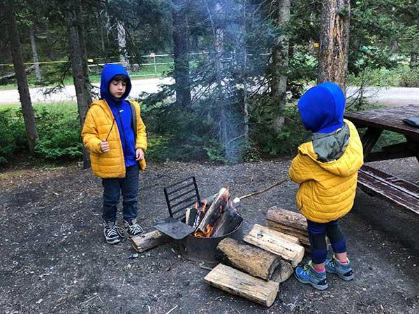bambini fuoco campeggio