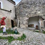 bambina in un borgo fantasma