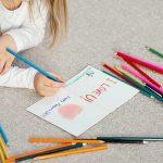 bambina colora biglietto auguri festa del papà