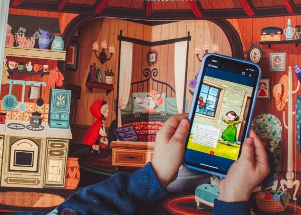 cellulare con applicazione eMooks tra le mani di un bambino