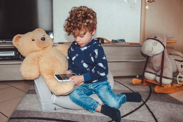 bambino utilizza l'app eMooks