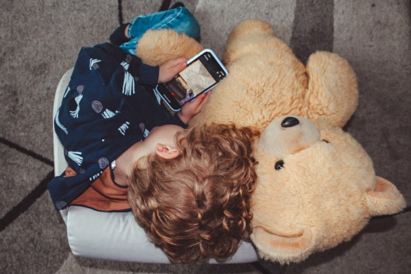 bambino ascolta una storia con eMooks