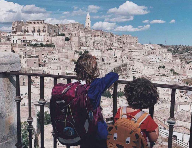 bambin idi spalle su lbelvedere di Matera